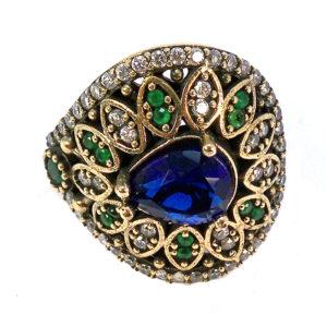 Ażurowy pierścionek z szafirem i szmaragdami