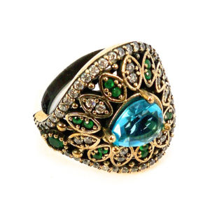 Ażurowy pierścionek z turkusem i szmaragdami