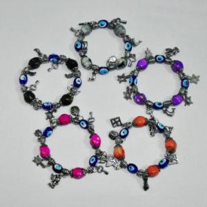 bransoletka z zawieszkami i symbolami