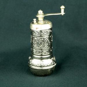 Młynek do pieprzu w kolorze srebrnym
