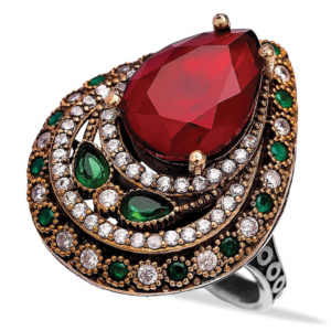 Wielki pierścień w kształcie łezki z rubinami i szmaragdami