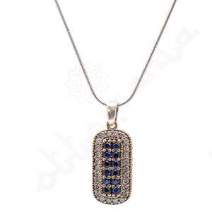 Prostokatny, srebrny naszyjnik bogato zdobiony szafirami i cyrkoniami