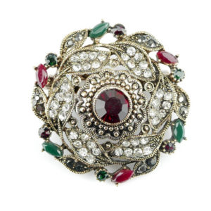 Okrągła broszka z kamieniem w kolorze rubinu